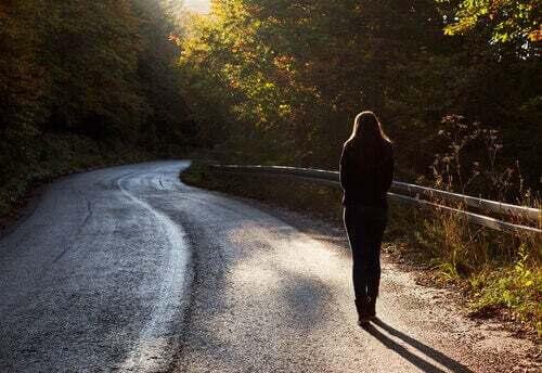 Donna che cammina lungo un sentiero.