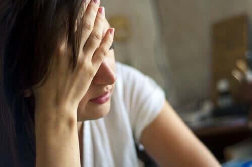Donna con il mal di testa.