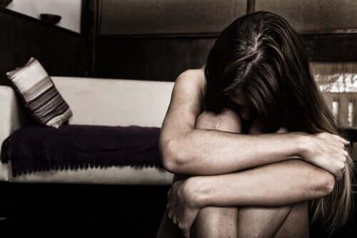La mente di un uomo violento e donna triste vittima di maltrattamenti.