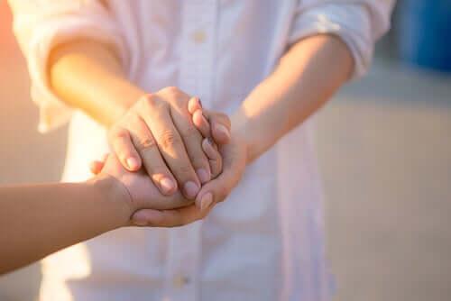 Mani di due persone.