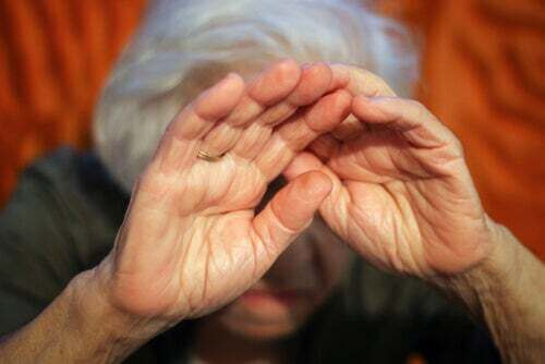 Mani di una persona anziana.