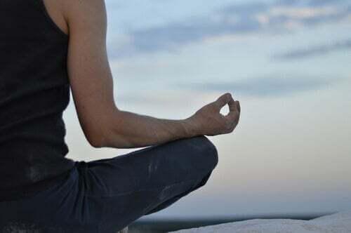 Persona che medita in un ritiro silenzioso.