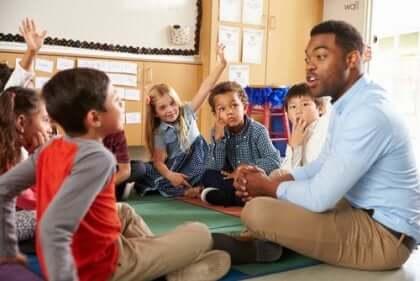 Maestro con alunni con alto potenziale cognitivo in aula.