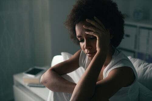 Donna triste e preoccupata.