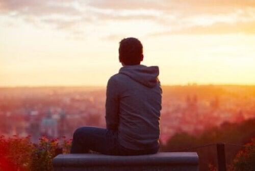 Ragazzo di fronte al tramonto.