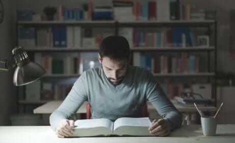 Studente con libro.