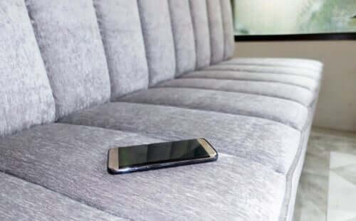 Cellulare sul divano.