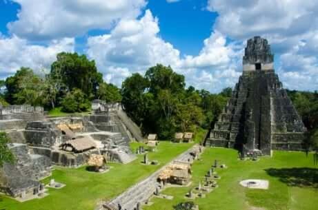 Tempi e rovine maya.