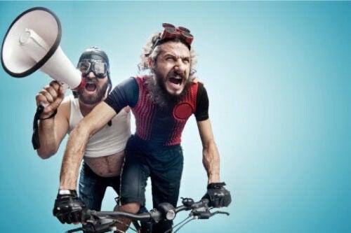 Due uomini in bicicletta.