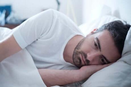Uomo a letto con sindrome da eccitazione sessuale persistente.