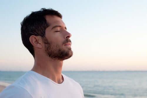 Uomo che respira l'aria di mare.