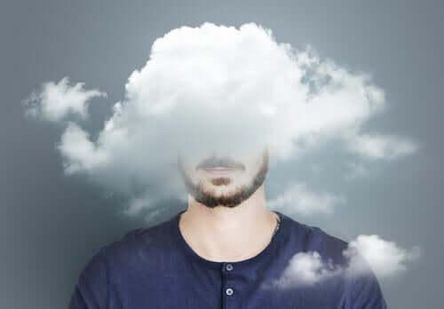 Uomo con testa tra le nuvole.