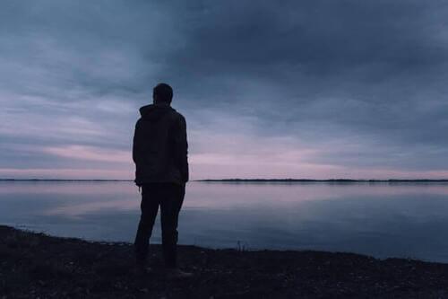 Uomo triste di fronte al mare.