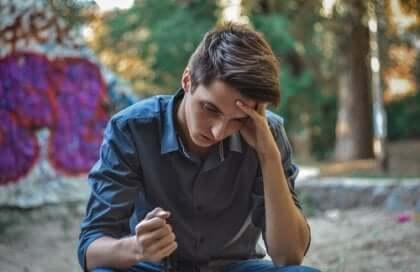 Ragazzo adolescente pensieroso.