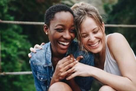 Adolescenti che ridono abbracciate.