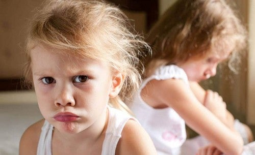 Bambina arrabbiata con altra bambina.
