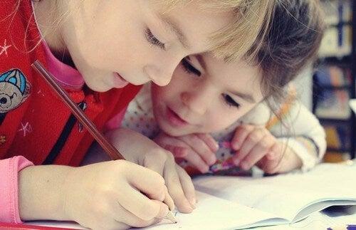 Bambine che fanno i compiti.