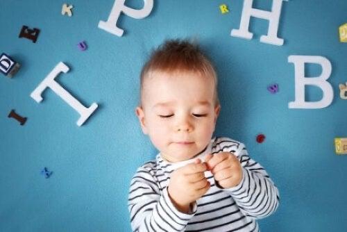 Bambino su sfondo blu.