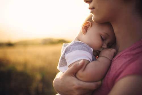 Bebè con sua madre.