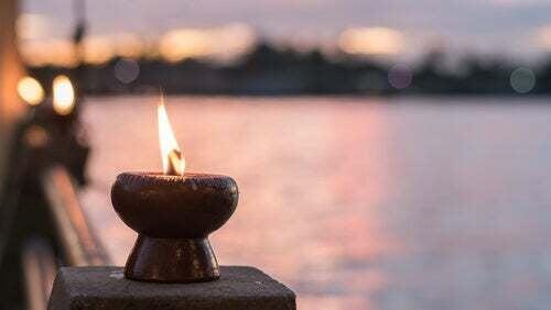 Candela accesa per meditazione e stress.