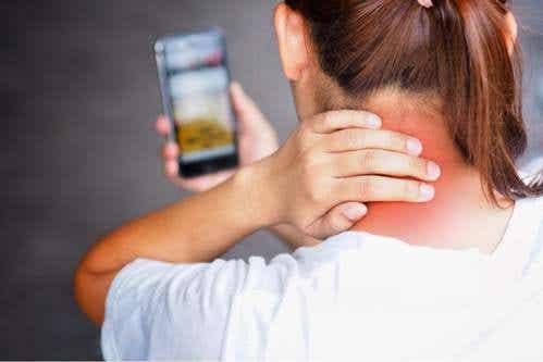 Tech neck: qual è la causa e come evitarlo?