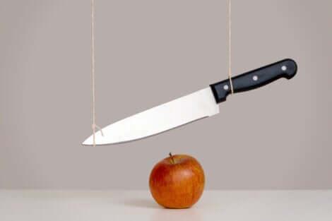Coletto sospeso sulla mela.