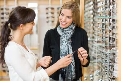 Donna che compra un paio di occhiali.