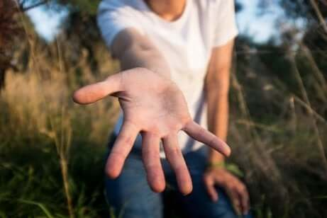 Giovane che tende la mano.
