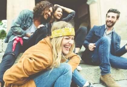 Gruppo di amici che ridono.