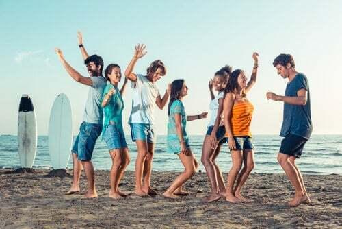 Amici che ballano sulla spiaggia.