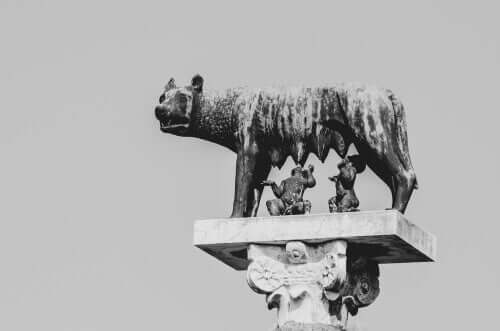 Statua della lupa che allatta Romolo e Remo.