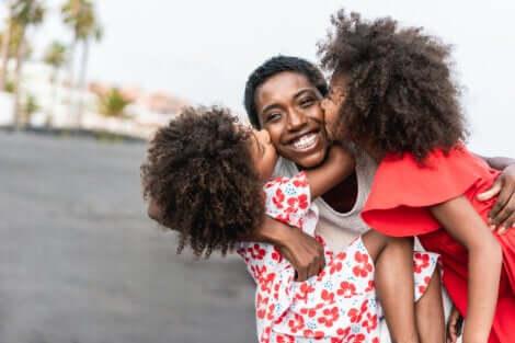 Madre con figlie gemelle.