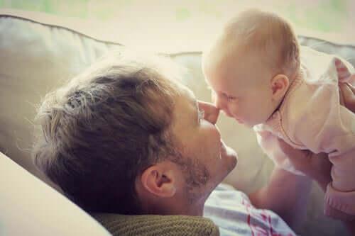 Padre con figlio neonato.