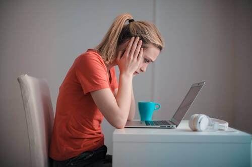 Ragazza stressata davanti il computer.
