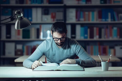 Ragazzo che studia.