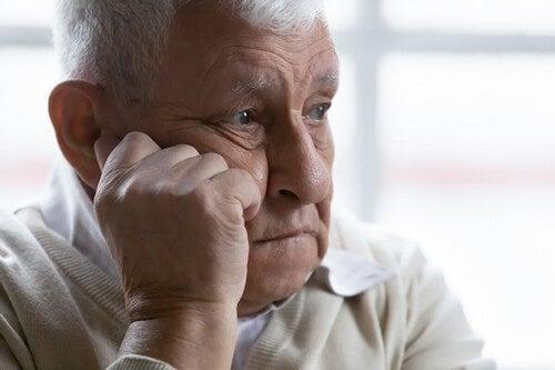 Uomo anziano che pensa.