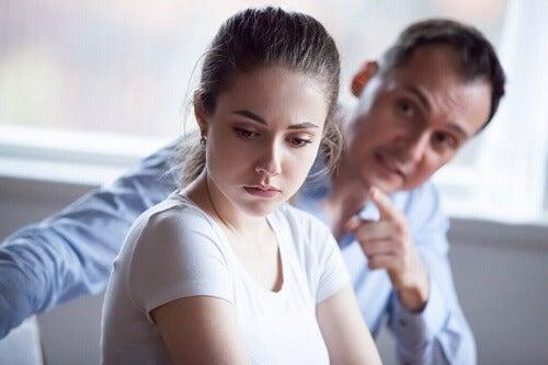 Persuasione coercitiva: costrizione mentale e fisica