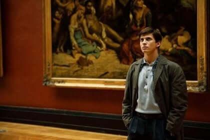Ragazzo di fronte a un quadro.