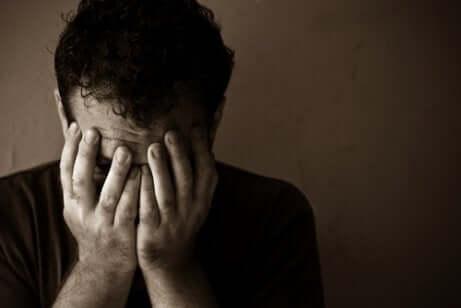 Uomo triste con malattia mentale.