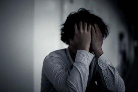 Uomo triste e preoccupato.