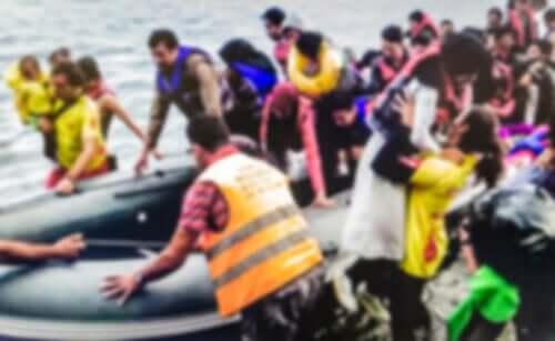 Volontari che aiutano dei migranti dopo un naufragio.