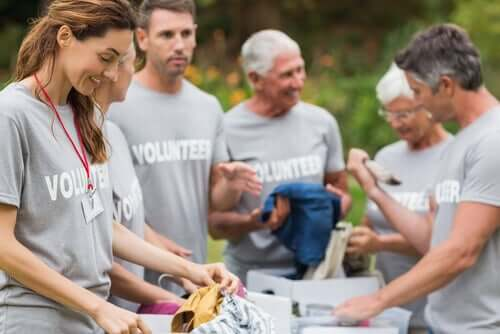 Volontari che distribuiscono vestiti.