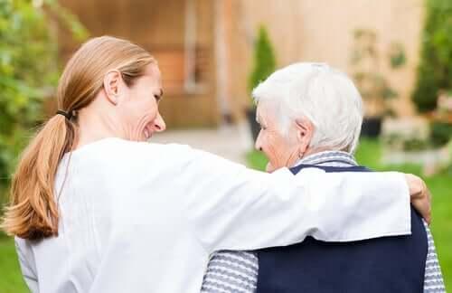 Donna che abbraccia un anziano.