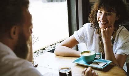 Le conversazioni interessanti aumentano il benessere