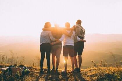 Gruppo di veri amici si abbraccia.