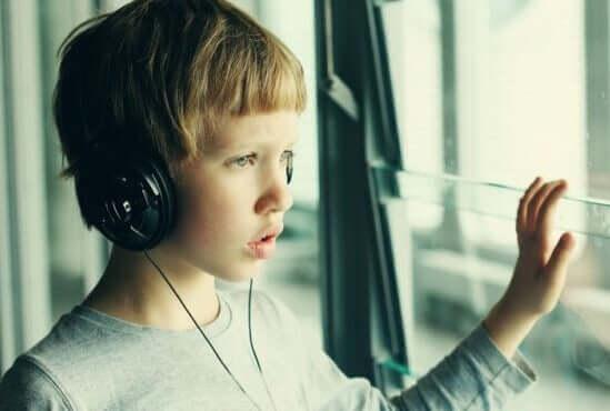 La musicoterapia per i bambini con autismo.