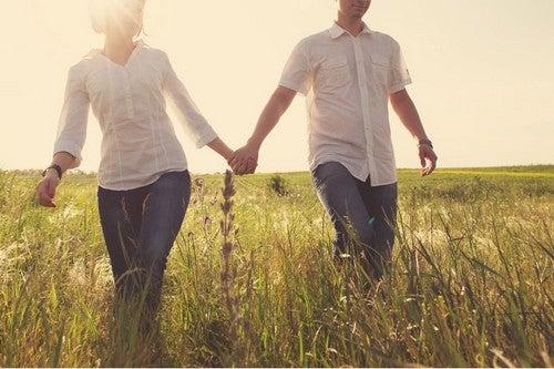 Coppia cammina insieme.