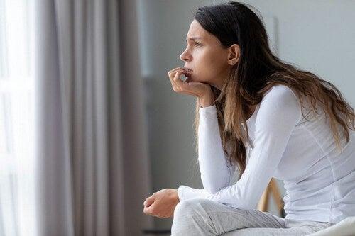 Donna che riflette da sola.