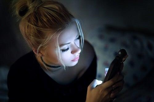 Donna che usa il cellulare.