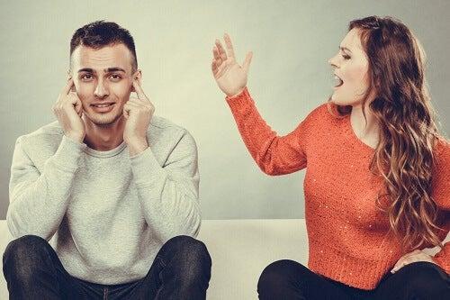 Donna che urla al partner.